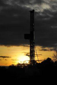 Bohrturm im Gegenlicht der fast schon untergegangenen Sonne