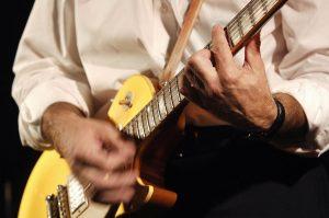 Nahaufnahme Gitarre spielener Männerhände