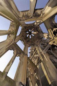 Blick in die Turmspitze eines Treppenaufgangs und Turmspitze der Speyerer Gedächtniskirche