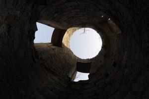 Blick nach oben in den Himmel durch den Turm einer Burgruine