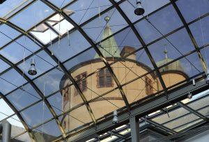 Durch das Glasdach des Innenhofs gesehener Turm des Historischen Museums der Pfalz