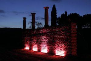 Rot beleuchtete Weinbergmauer
