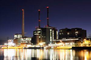 Bei Nacht beleuchtetes Grosskraftwerk Mannheim