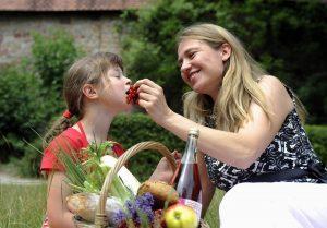 Mutter und Tochter beim Picknick