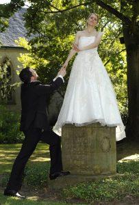Bräutigam bittet um die Hand der auf Podest stehenden Braut