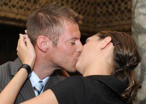 Frisch vermähltes Paar küsst sich