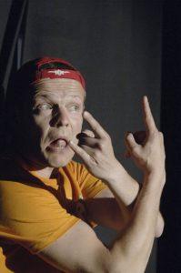 Schauspieler mit Mütze gestikuliert