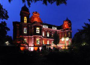 Beleuchtete Villa Ecarius im blauen Nachthimmel