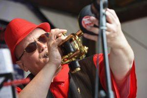 Trompeter mit Schalldämpfer beim Spielen