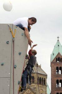 Kletteranlage mit Kind vor Speyerer Dom im Hintergrund