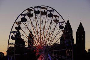 Riesenrad vor Speyerer Dom im abendlichen Gegenlicht