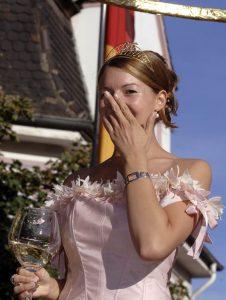 Lachende Weinkönigin