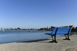 Blaue Bank am Hafen mit Blick aufs Wasser