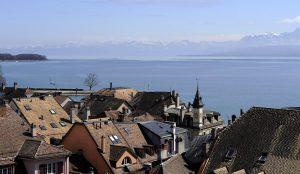 Blick über Uferhäuser in Nyon auf den Genfer See