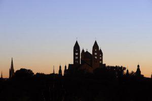 Speyerpanorama im Gegenlicht der letzten Strahlen der Abendsonne mit Dom in der Mitte
