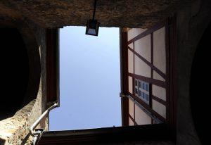 Blick nach oben an Fachwerkwänden in Freinsheim