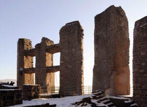 Reste der Burgruine Ramburg im Schnee
