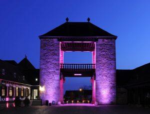 Violett angestrahltes Deutsches Weintor Schweigen-Rechtenbach in der Abenddämmerung
