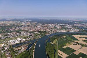 Luftblid von Speyer aus Richtung Süden mit Rheinkurve in der Bildmitte und weitem Horizont