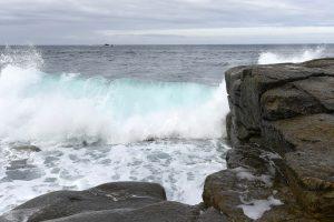 Bei Landunvez an der Côte Sauvage klatscht das Meer mit hohen Wellen an die Felsen am Ufer