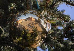 Speyerer Domplatz spiegelt sich in Weihnachtskugel am Baum
