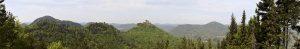 Panoramaansicht über den Pfälzer Wald mit Burg Trifels in der Bildmitte