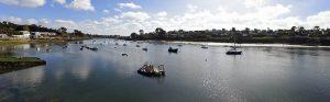 Panoramaansicht einen Fluss entlang in der Bretagne mit mehreren Booten in der Ferne
