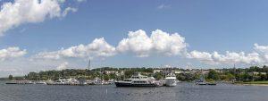 Panorama vomMeer aus auf Hafenansicht mit Yacht im Vordergrund