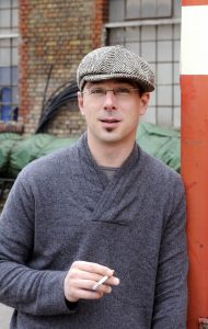 Portrait des rauchenden Joachim Kurz mit Mütze
