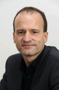 Portrait Bernd Reif im dunklen Anzug