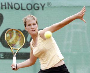 Tennisspielerin Hanna Krampe holt aus, um auf sie zufliegenden all zurückzuspielen