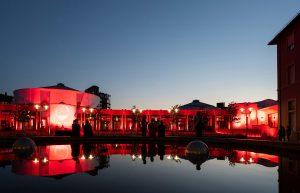 Rot beleuchtetes Congress Forum Frankenthal spiegelt sich im Wasserbecken