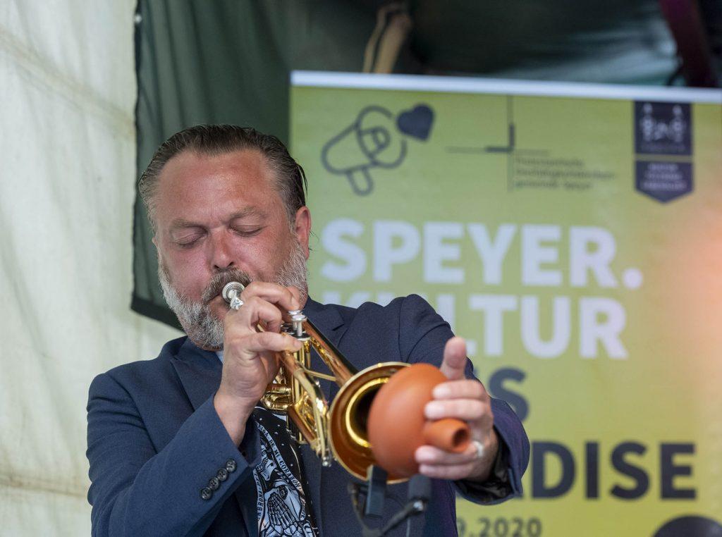 Trompeter spielt mit Schalldämpder