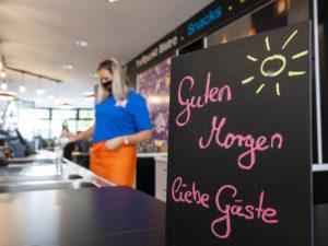 Ein freundlich geschriebenes Schild begrüsst an der Theke der Speyerer Jugendherberge die Gäste