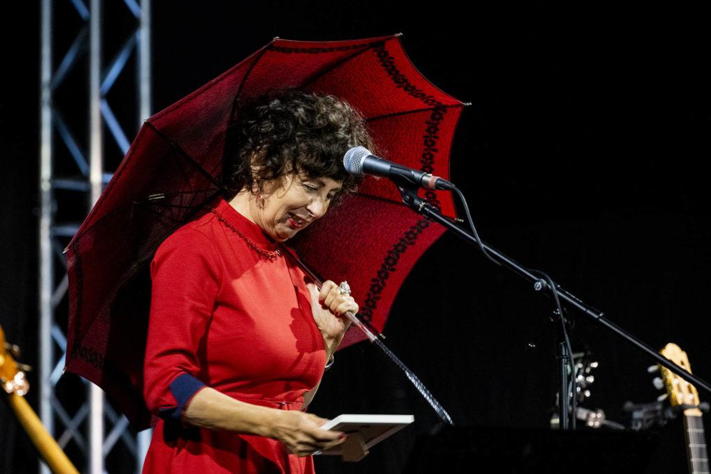 Jutta Glaser auf der Bühne des frisch sanierten Alten Stadtsaals Speyer