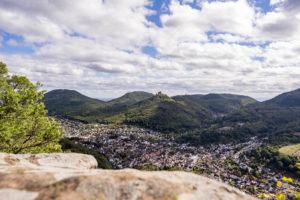 Aussicht vom Sommerfelsen auf Annweiler und Burgruine Trifels
