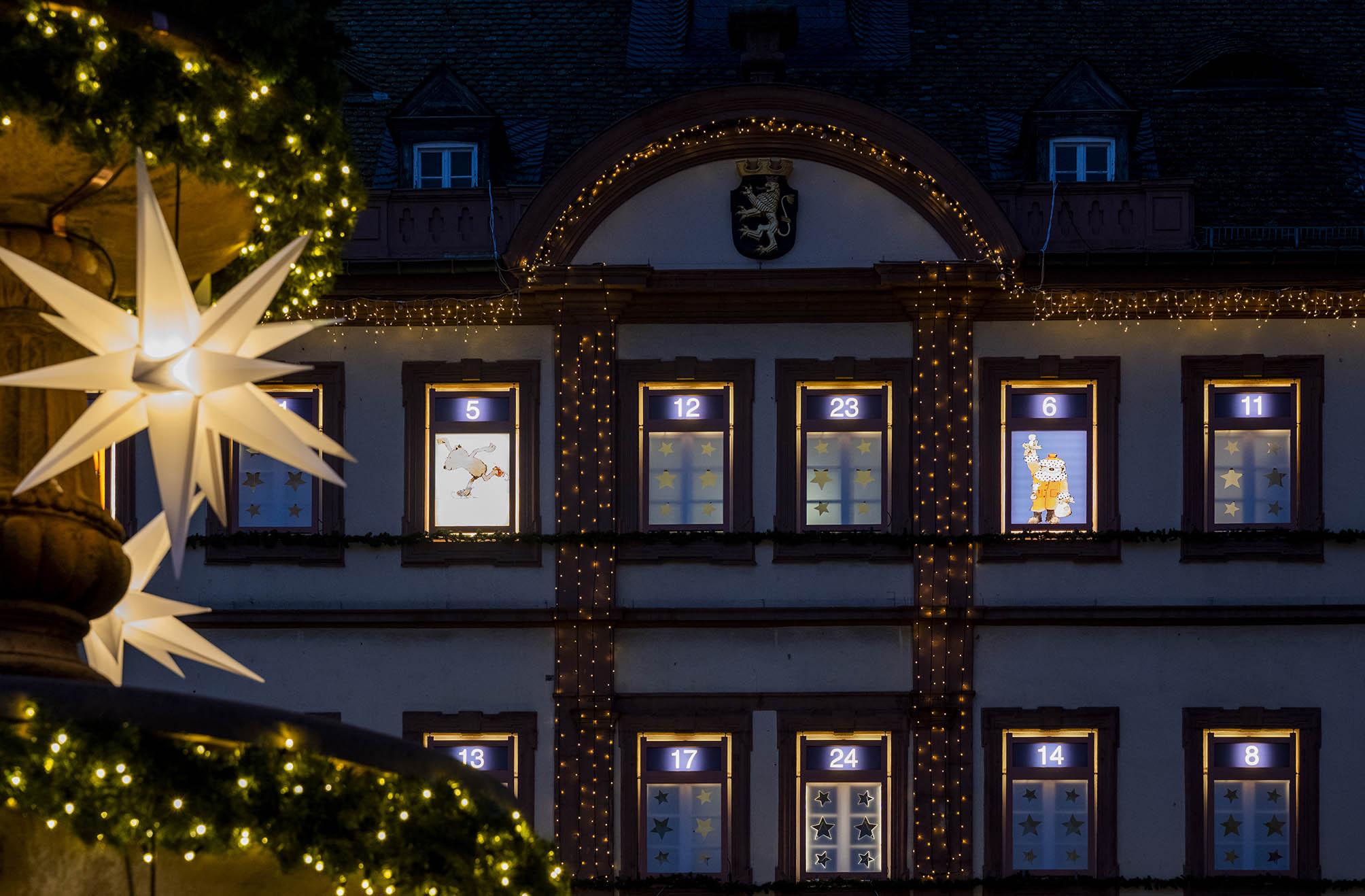 Neustadter Rathaus mit Advents-Fenstern