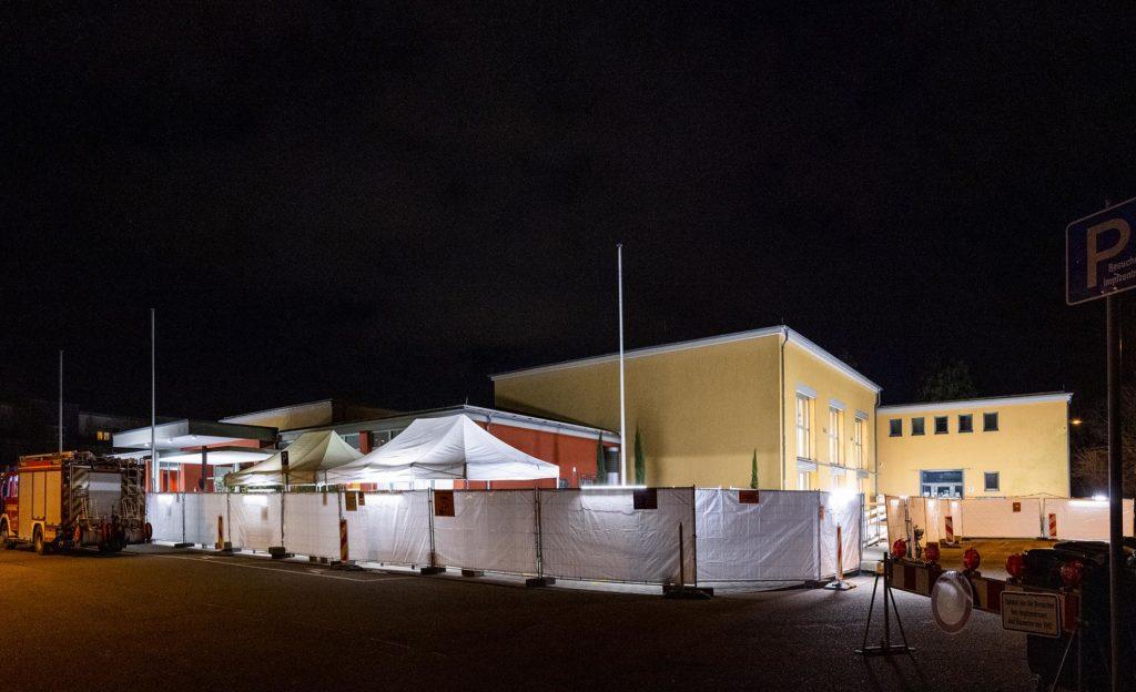 Zeltwände vor der Speyerer Stadthalle, nachts beleuchtet