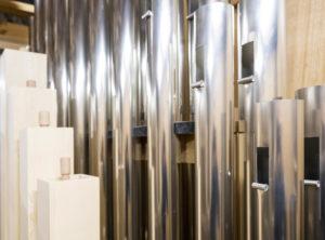 Nahaufnahme einiger silberglänzender Pfeifen in der Chororgel der Gedächtniskriche Speyer
