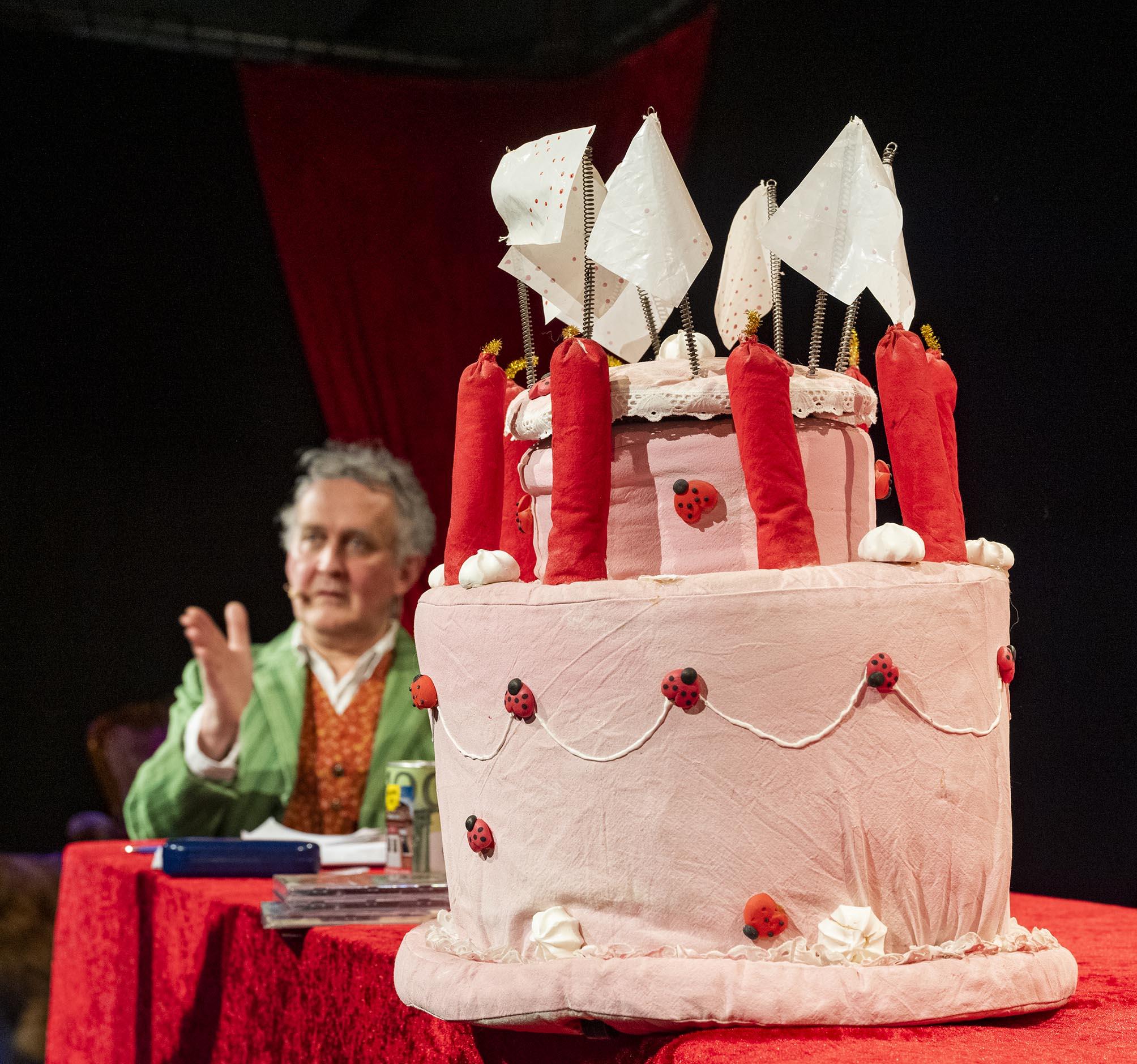 Matthias Folz it einer großen Geburtstagstorte aus Stoff
