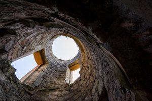 Blick vom Boden der nur noch aus Außenamuern bestehenden Turmruine direkt nach oben in den Himmel