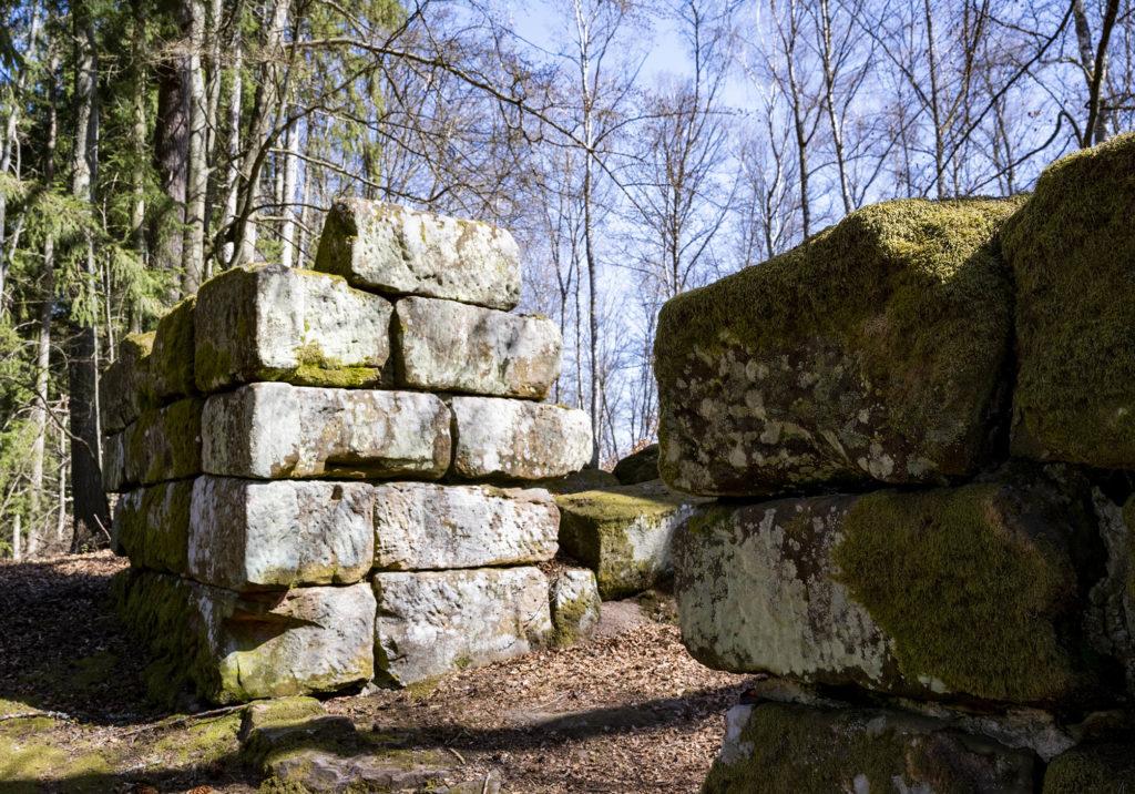 große Steinquader der Ruine der Heidelsburg