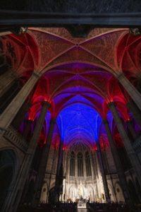 Rote und blaue Beleuchtung der Kirchengwölbe