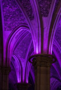 Lila Beleuchtung der Kirchengewölbe