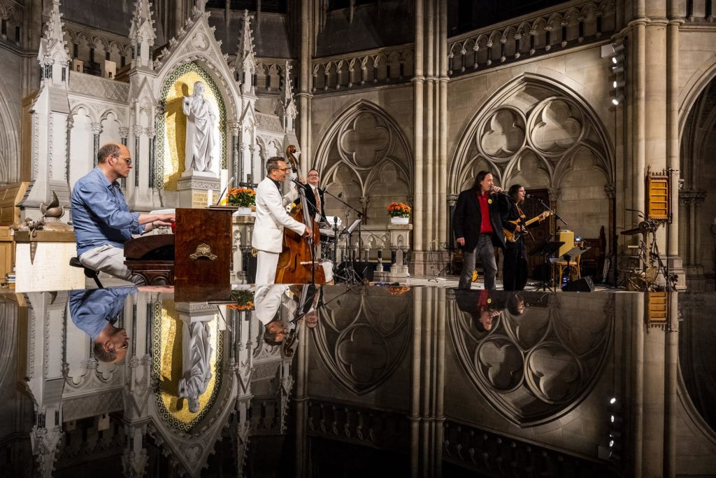 Musiker spiegeln sich in der Gedächtniskirche