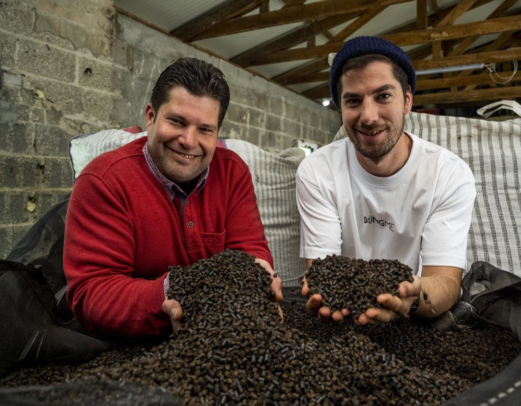 Alexander und Andreas Friedrich mit den Händen in der Pflanzerde