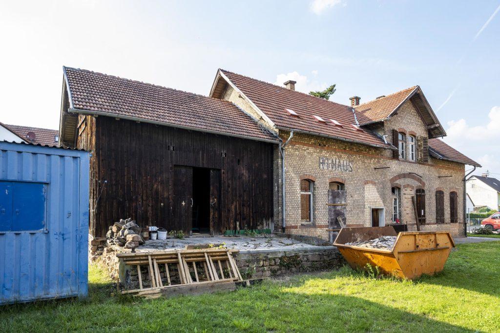 Rückseite alter Bahnhof Harthausen während der Restaurierung mit Güterschuppen links