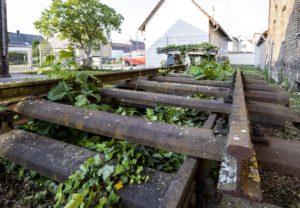 alte Schienen für die Restaurierung des alten Bahnhofs Harthausen