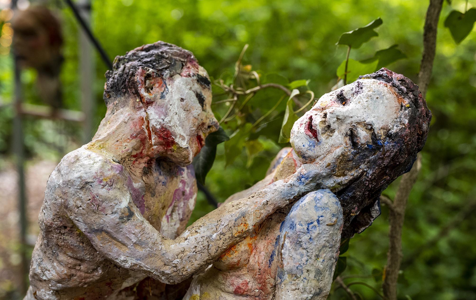 Skulptur eines Liebespaares, bei dem der Mann die Wange der Frau streichelt