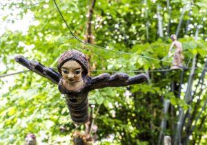 Hängende Skulptur eines fliegenden Wesens halb Frau, halb Vogel oder Schmetterling